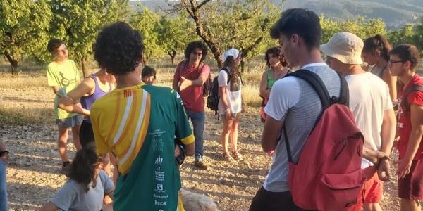 El jovent, durant la xerrada explicativa a càrrec d'un pastor del municipi