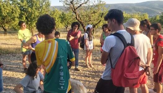 Àger acull un camp de treball per a joves que adequa la ruta de la Transcabanera al seu pas pel municipi