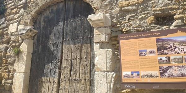 Porta d'entrada a la Col·legiata de Sant Pere d'Àger