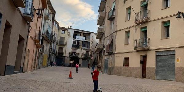la plaça del poble sense vehicles, que permet que els nens i nenes hi puguin jugar